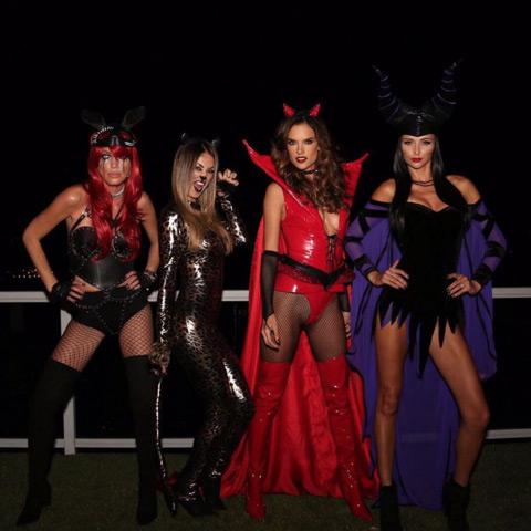 Tuyển tập váy áo Halloween hở táo bạo nhất của sao - 10