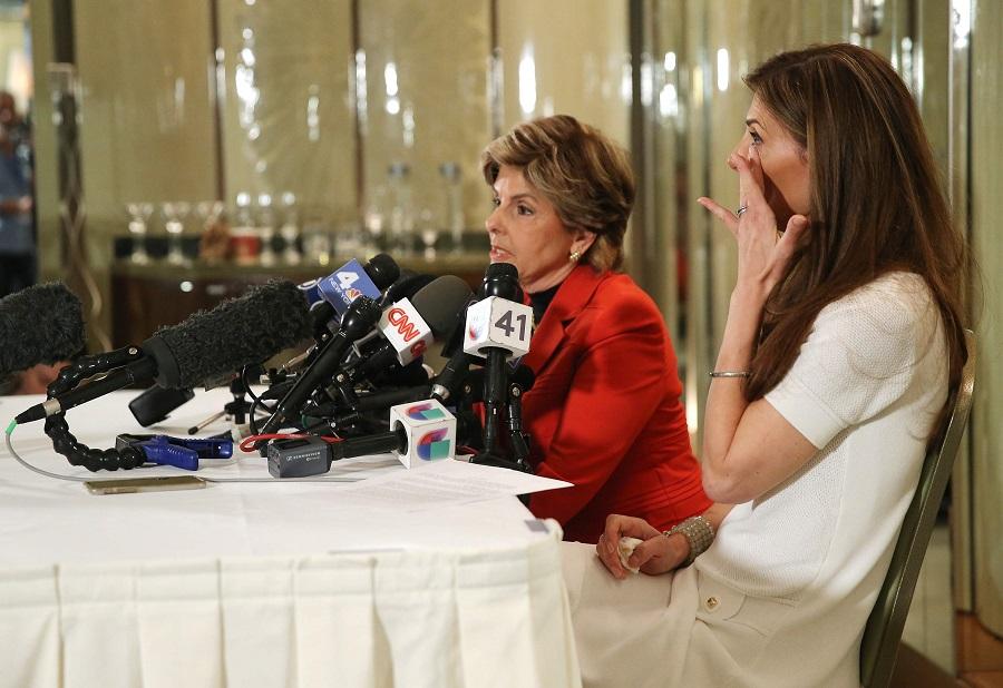 """Người phụ nữ tố Trump cố tình """"chạm vào ngực phải"""" - 2"""