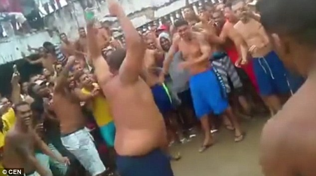 Video phạm nhân đấm nhau điên loạn trong tù Brazil - 1
