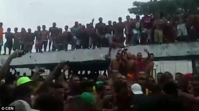 Video phạm nhân đấm nhau điên loạn trong tù Brazil - 2