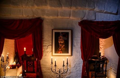 """Ngủ đêm trong quan tài ở lâu đài """"ma cà rồng"""" - 2"""