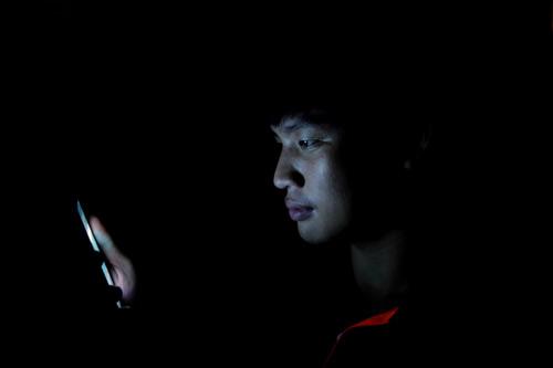 Bạn hay dùng smartphone vào ban đêm? Hãy cẩn thận! - 2