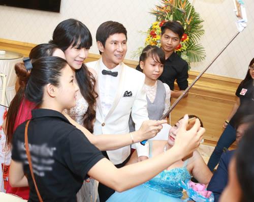 Vợ chồng Lý Hải xúc động dự lễ cưới của 60 cặp khuyết tật - 3