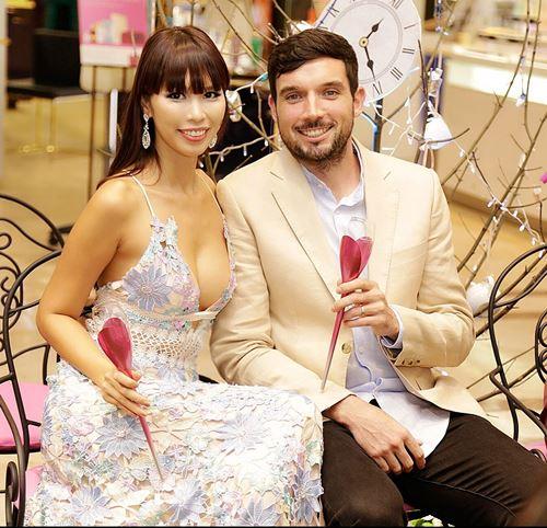 Hà Anh sexy bên chồng Tây tại buổi tiệc cho phái đẹp - 1