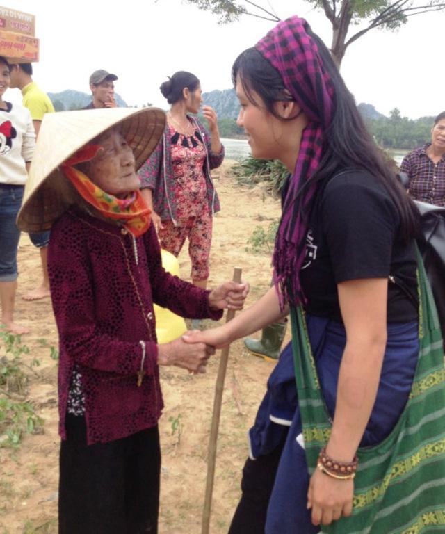 nữ tình nguyện viên tử nạn khi giúp dân vùng lũ