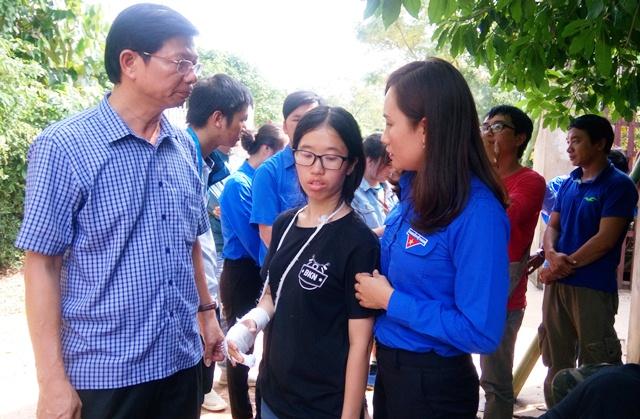nữ tình nguyện viên tử nạn khi giúp dân vùng lũ hình 1