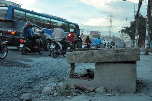 Đón xe buýt, người đàn ông lọt hố công trình tử vong
