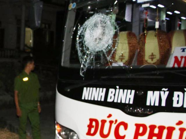 Xe chở 20 hành khách chao đảo vì bị ném đá