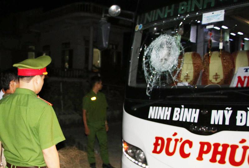 Xe chở 20 hành khách chao đảo vì bị ném đá - 1