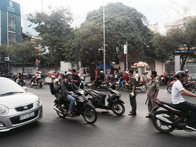Người đàn ông bị chém gần lìa tay trên phố Sài Gòn - 1