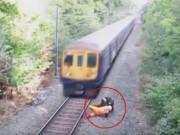 Thót tim công nhân đường sắt cứu người trước tàu hỏa