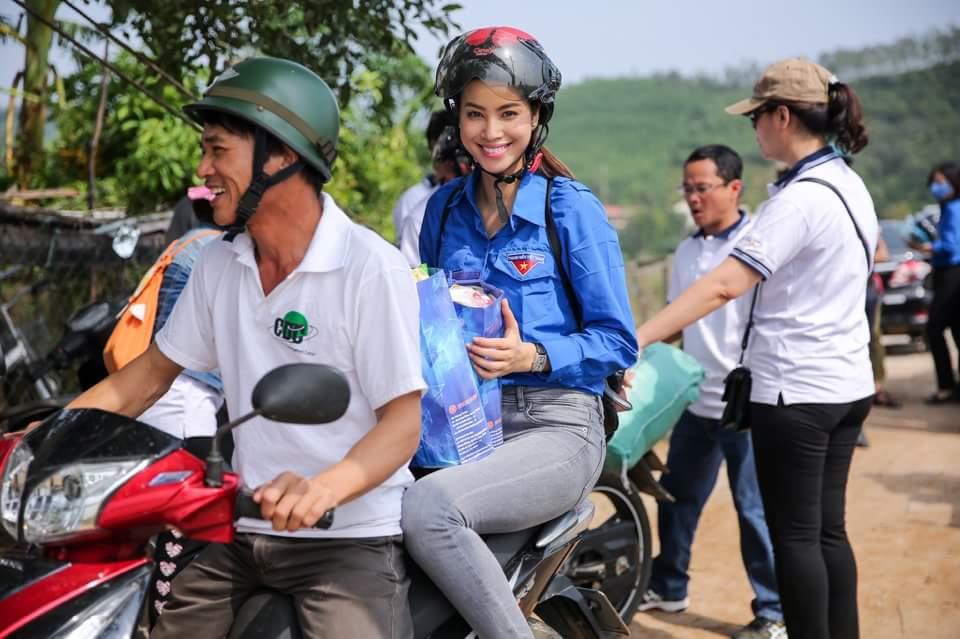 """Hoa hậu Phạm Hương """"hóa"""" tiên nữ tại vùng lũ Quảng Bình - 4"""