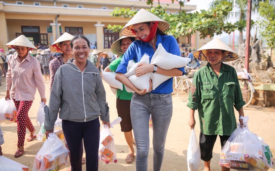 """Hoa hậu Phạm Hương """"hóa"""" tiên nữ tại vùng lũ Quảng Bình - 5"""