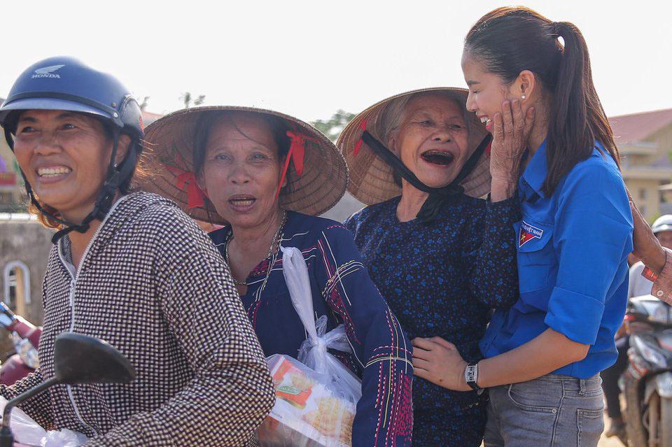 """Hoa hậu Phạm Hương """"hóa"""" tiên nữ tại vùng lũ Quảng Bình - 3"""