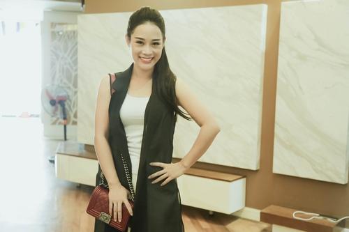 Loạt hàng hiệu toàn màu xanh lá của vợ NSƯT Việt Hoàn - 7
