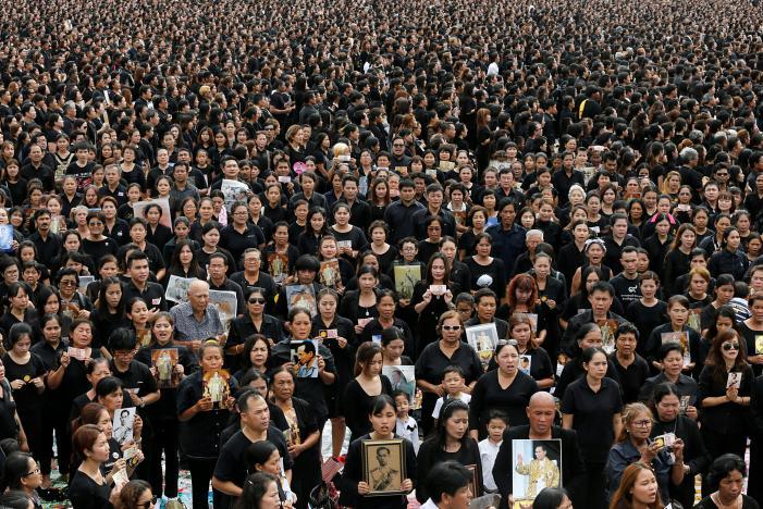 Đám đông khổng lồ hát hoàng ca tưởng nhớ vua Thái Lan - 2