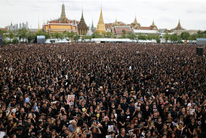 Đám đông khổng lồ hát hoàng ca tưởng nhớ vua Thái Lan - 1
