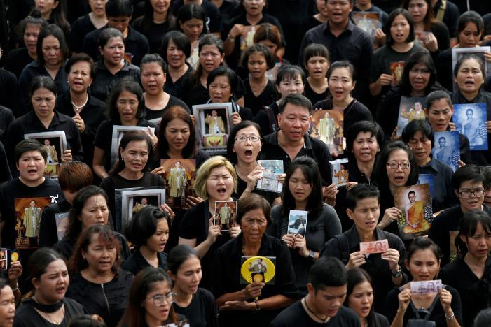Đám đông khổng lồ hát hoàng ca tưởng nhớ vua Thái Lan - 4