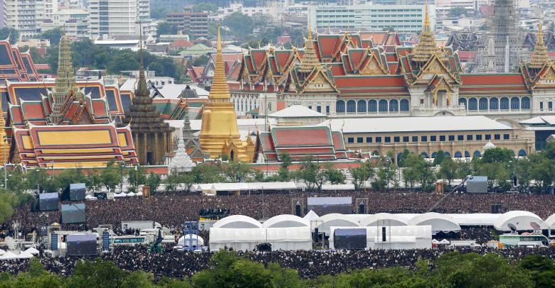 Đám đông khổng lồ hát hoàng ca tưởng nhớ vua Thái Lan - 3