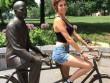 """Những kiểu """"tự sướng"""" với tượng ở nơi công cộng"""