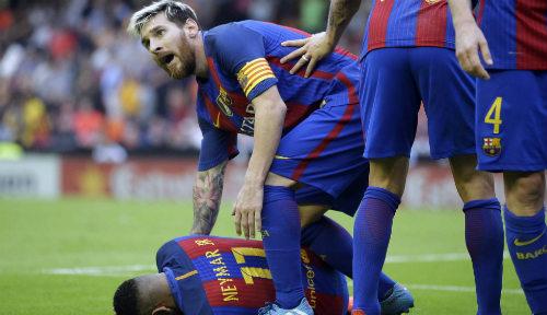 Barca: Messi ghi bàn thắng 3-2, Neymar hứng vật thể lạ - 3