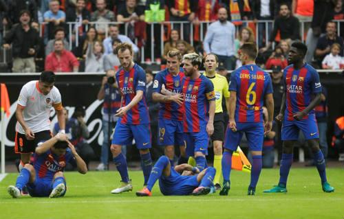 Barca: Messi ghi bàn thắng 3-2, Neymar hứng vật thể lạ - 7