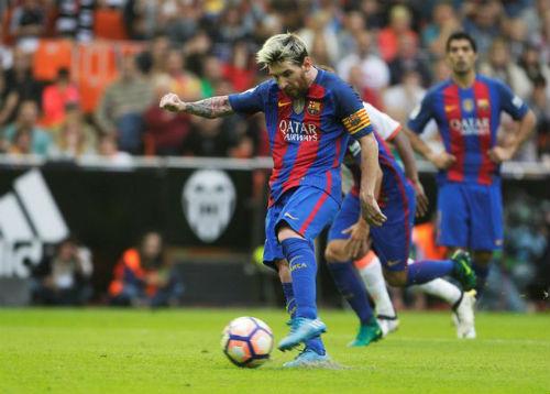 Barca: Messi ghi bàn thắng 3-2, Neymar hứng vật thể lạ - 1