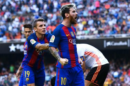 Barca: Messi ghi bàn thắng 3-2, Neymar hứng vật thể lạ - 6