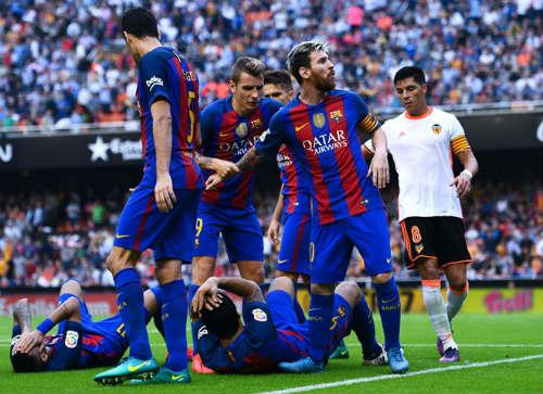 Barca: Messi ghi bàn thắng 3-2, Neymar hứng vật thể lạ - 5