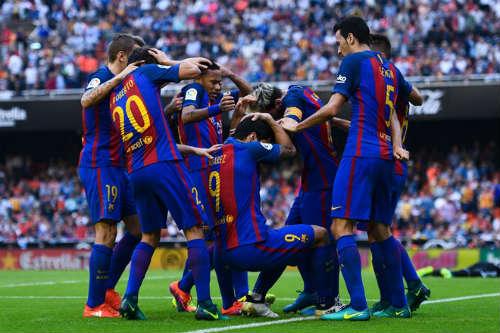 Barca: Messi ghi bàn thắng 3-2, Neymar hứng vật thể lạ - 4