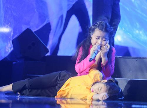 Noo Phước Thịnh rơi lệ khi học trò hát về lũ miền Trung - 1