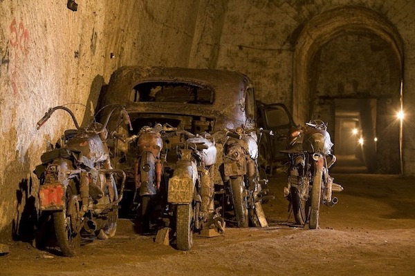 Đường hầm bí mật chứa đầy ô tô cổ tại Napoli - 1