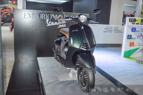 Vespa 946 Emporio Armani tái xuất giá 333 triệu đồng - 3