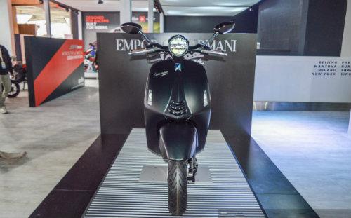 Vespa 946 Emporio Armani tái xuất giá 333 triệu đồng - 2