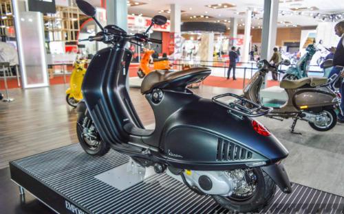 Vespa 946 Emporio Armani tái xuất giá 333 triệu đồng - 5
