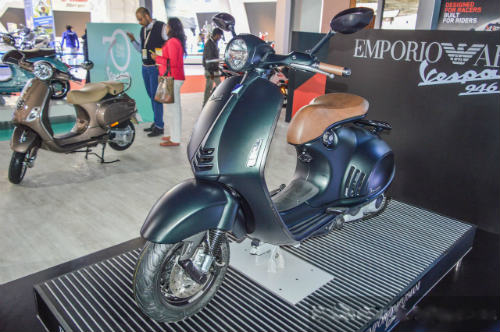Vespa 946 Emporio Armani tái xuất giá 333 triệu đồng - 9