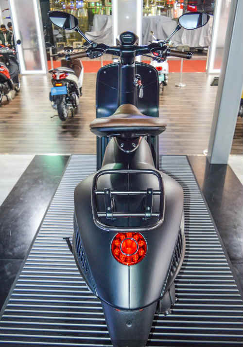 Vespa 946 Emporio Armani tái xuất giá 333 triệu đồng - 6