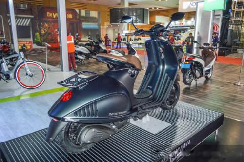 Vespa 946 Emporio Armani tái xuất giá 333 triệu đồng - 7