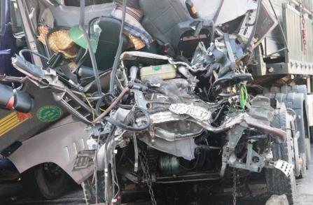 2 xe tải đâm nhau, thi thể tài xế kẹt trong cabin 5 giờ - 2
