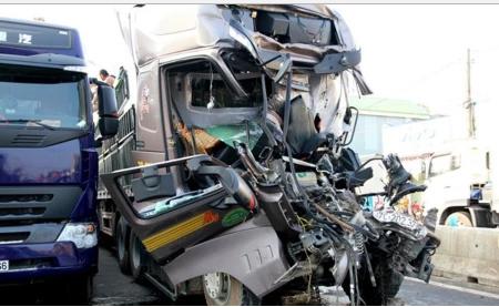 2 xe tải đâm nhau, thi thể tài xế kẹt trong cabin 5 giờ - 1