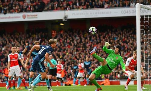 Arsenal: 34 tuổi, Cech vẫn hay nhất Premier League - 1