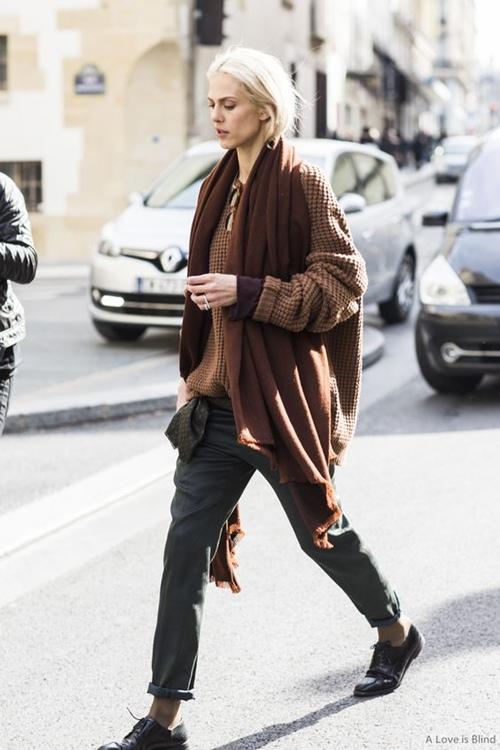 Nghệ thuật mặc đồ nâu đẹp từng cm như chân dài gốc Ý - 14