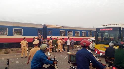HN: Tàu hỏa tông ô tô, 4 người chết, 3 người nguy kịch - 2