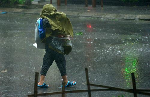 Đầu tuần, mưa dông bao trùm khắp 3 miền - 1