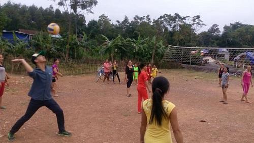 Phan Anh chơi bóng chuyền với chị em vùng lũ - 1
