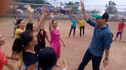 Phan Anh chơi bóng chuyền với chị em vùng lũ - 3