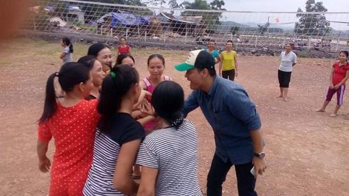 Phan Anh chơi bóng chuyền với chị em vùng lũ - 2