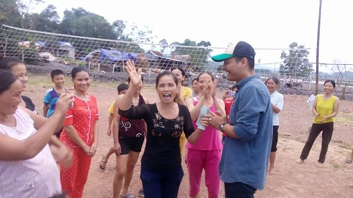 Phan Anh chơi bóng chuyền với chị em vùng lũ - 4