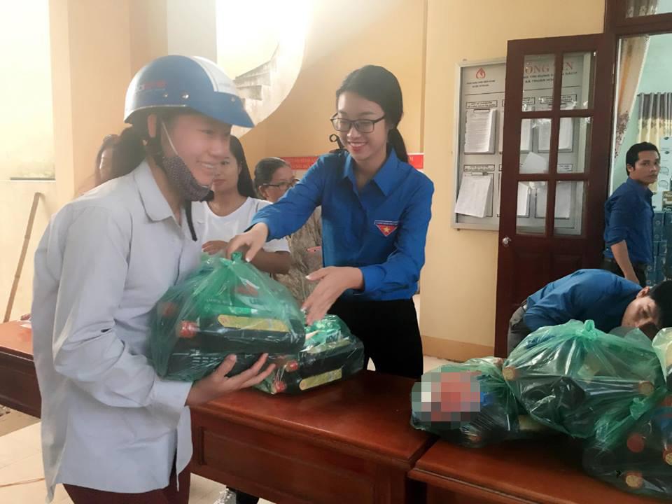 HH Mỹ Linh, Á hậu Thanh Tú giản dị tiếp sức miền lũ - 2
