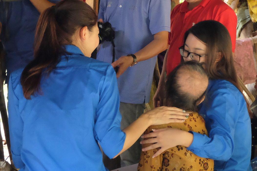 HH Mỹ Linh, Á hậu Thanh Tú giản dị tiếp sức miền lũ - 6